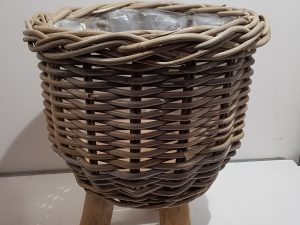 BASKET ON LEGS RATTAN D34H40CM