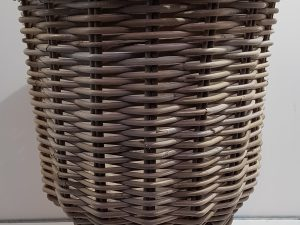 BASKET ON LEGS RATTAN D41H54CM